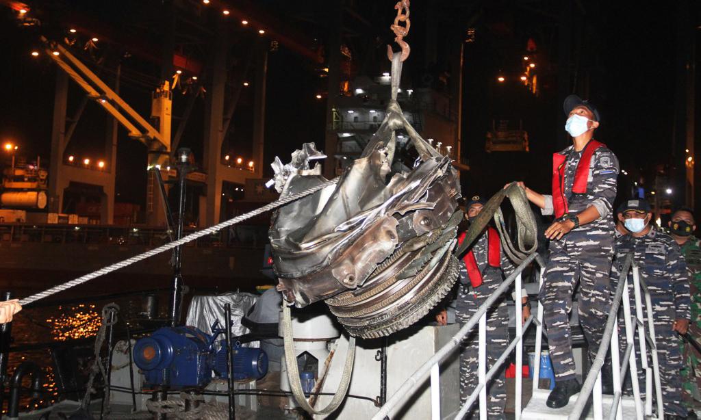 Las fuerzas de búsqueda y rescate llevaron un motor recuperado del accidente aéreo al puerto de Yakarta, Indonesia, el 10 de enero.  Foto: AFP.