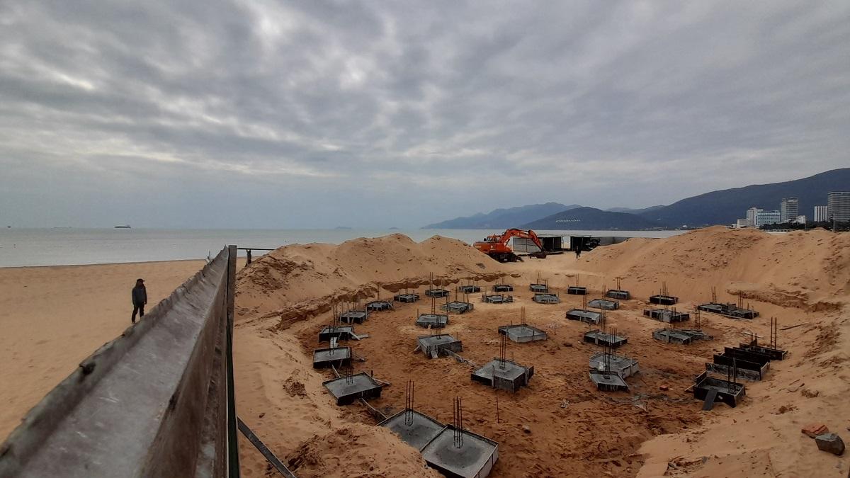 Công trình thuộc dự án Điểm dịch vụ bãi biển SeaSand bên bờ biển Quy Nhơn bị đình chỉ xây dựng, sáng 13/1. Ảnh: Thạch Thảo.