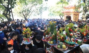 Hàng nghìn người đổ về phủ Tây Hồ đi lễ tháng cuối năm