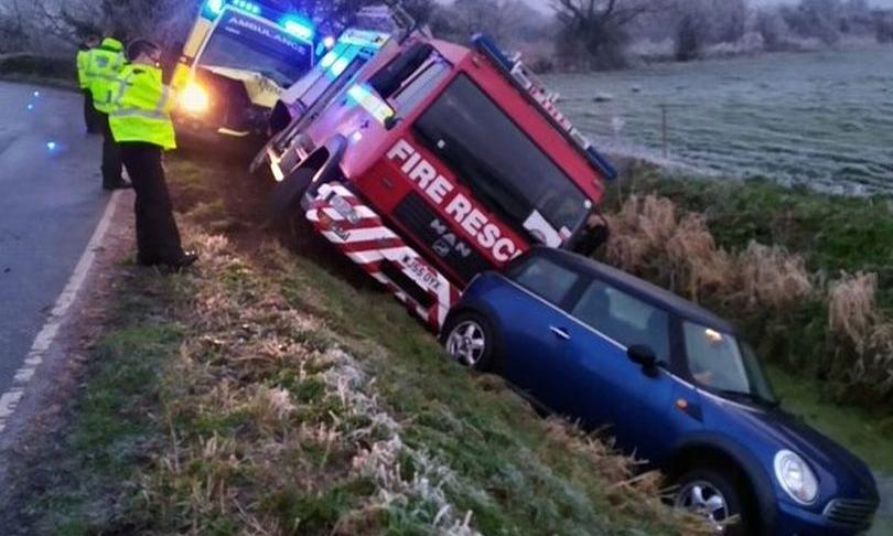 Ba xe nằm nối đuôi bên mương nước sau khi mất lái do đường quá trơn. Ảnh: Somerset Live