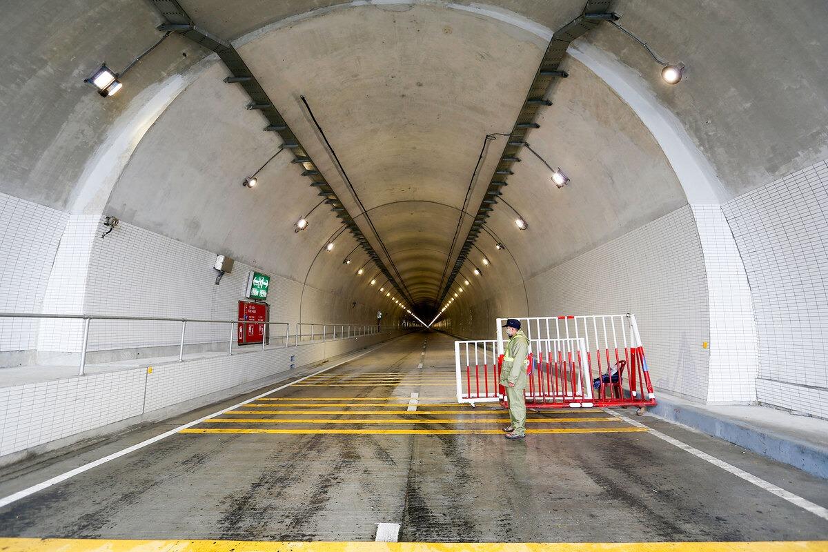 Hai miệng hầm đều có lực lượng bảo vệ. Ảnh: Nguyễn Đông