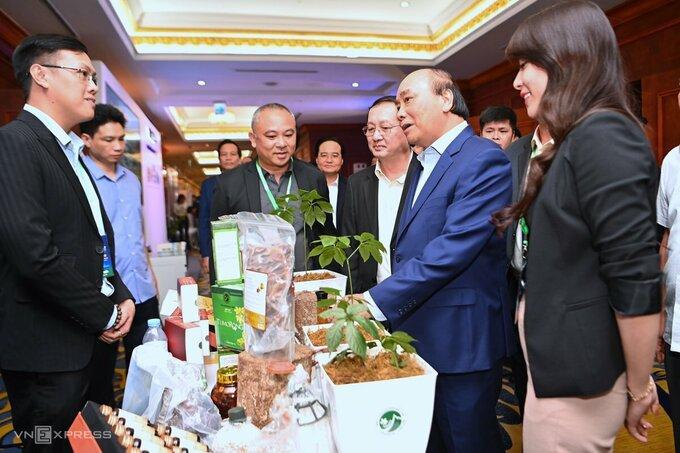 Thủ tướng Nguyễn Xuân Phúc và Bộ trưởng Huỳnh Thành Đạt (thứ hai và thứ ba từ phải qua) thăm gian hàng của startup tại Techfest 2020. Ảnh: Giang Huy.