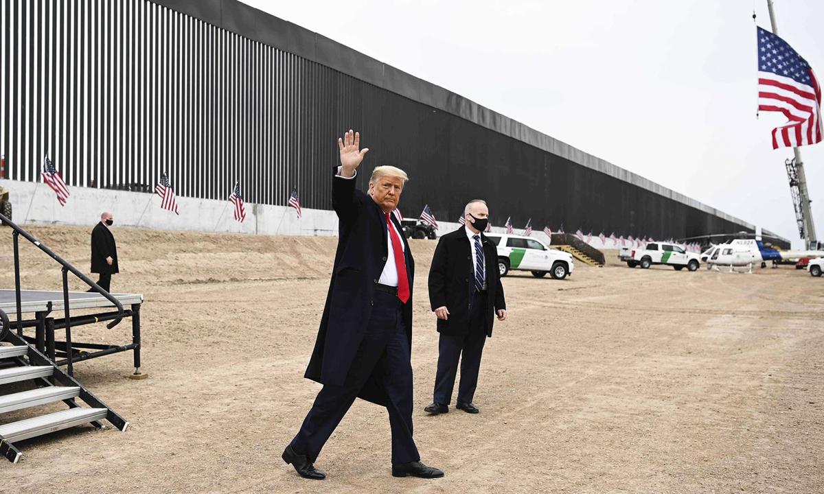 Tổng thống Donald Trump thăm bức tường biên giới ở Alamo, bang Texas hôm 12/1. Ảnh: AFP.