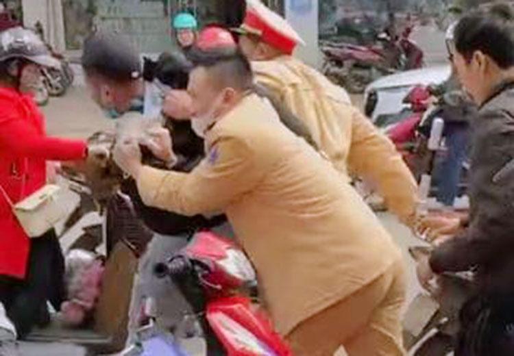 Cảnh sát giao thông vây bắt Hải (đội mũ lưỡi trai màu đen) trưa 12/1. Ảnh: Hùng Lê