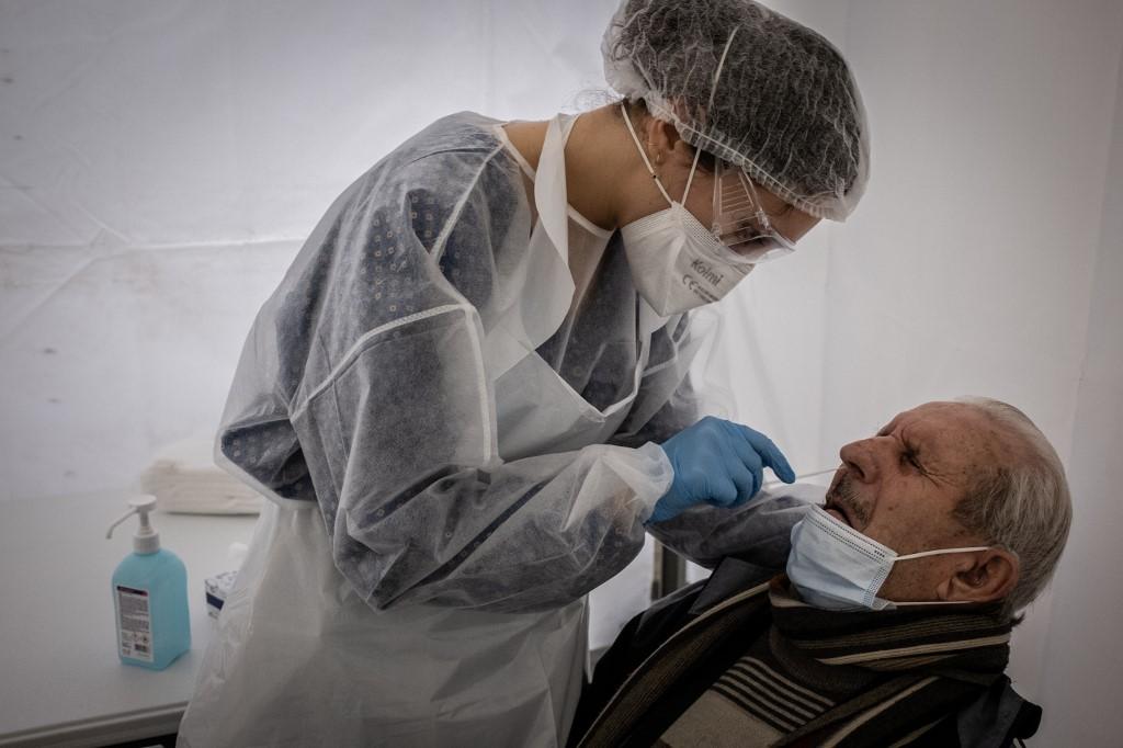 Nhân viên y tế làm xét nghiệm nCoV tại Pháp ngày 13/1. Ảnh: AFP.