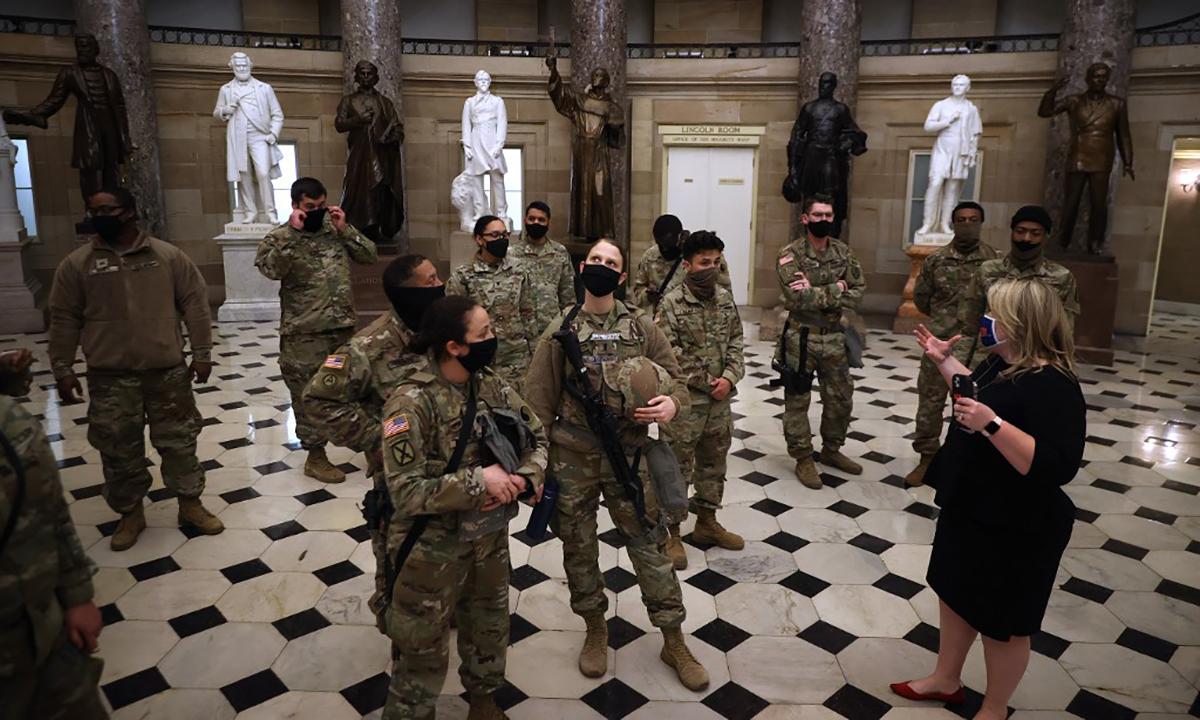 Binh sĩ Vệ binh Quốc gia Mỹ tham quan tòa nhà quốc hội Mỹ, ngày 13/1. Ảnh: AFP.