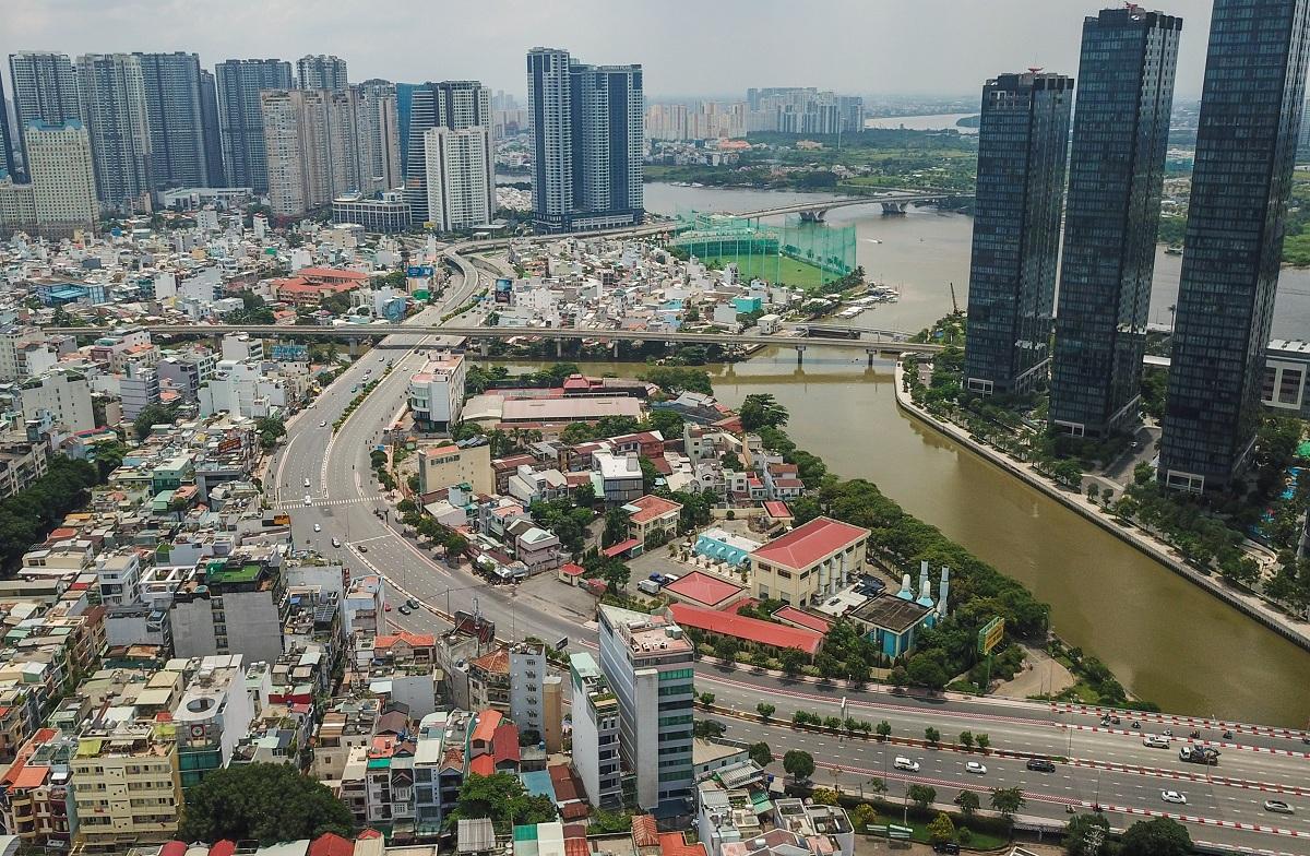 Dự án nhà ở phân khúc bình dân đang dần biến mất ở TP HCM, ảnh chụp các khu căn hộ trên đường Nguyễn Hữu Cảnh, quận Bình Thạnh tháng 9/2020. Ảnh: Quỳnh Trần.
