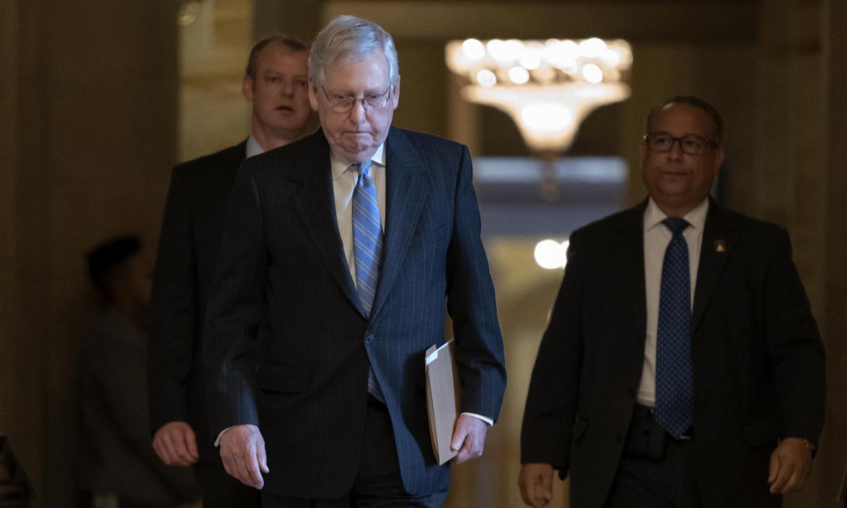 Lãnh đạo phe Đa số Thượng viện Mitch McConnell sau phiên họp ở Đồi Capitol hồi tháng 3/2020. Ảnh: AP.