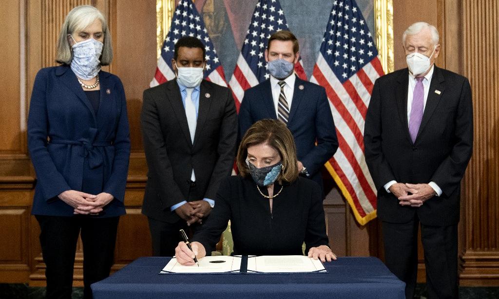 Chủ tịch Hạ viện Nancy Pelosi ký thông qua điều khoản luận tội Trump hôm 13/1. Ảnh: AFP.