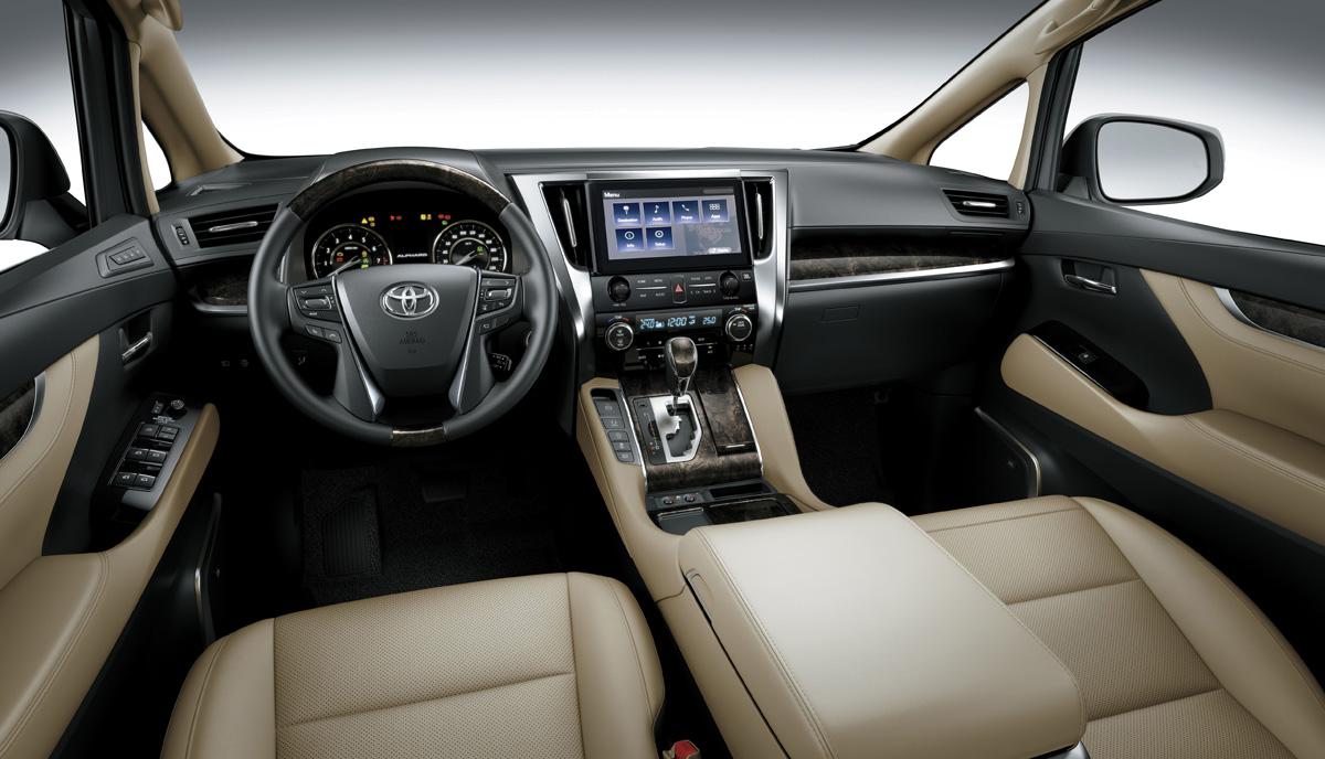 Vô-lăng 4 chấu, màn hình 10,5 inch. Ảnh: Toyota