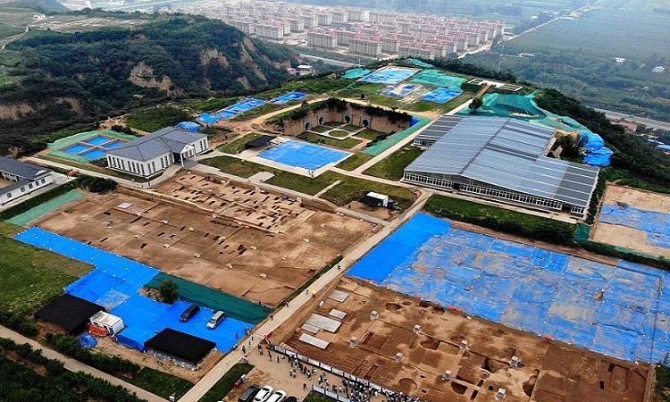 Mô đất nơi đặt cung điện mới phát hiện. Ảnh: Xinhua.
