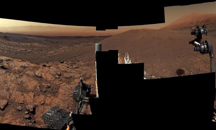 Bức ảnh toàn cảnh được ghép từ nhiều ảnh chụp của Curiosity. Ảnh: NASA.
