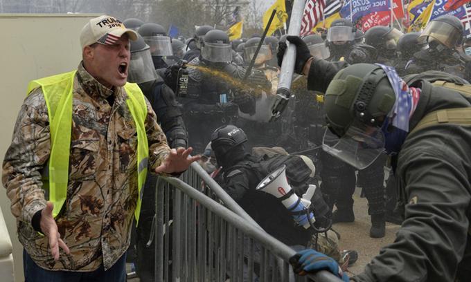 Một người ủng hộ Trump la hét về phía cảnh sát và lực lượng an ninh khi người biểu tình xông vào Đồi Capitol ở thủ đô Washington hôm 6/1. Ảnh: AFP.