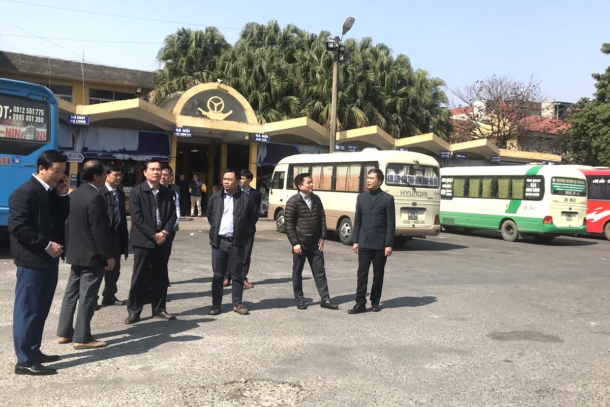 Đoàn công tác của Tổng cục Đường bộ kiểm tra công tác vận tải tại bến xe khách Ninh Bình. Ảnh: Anh Duy.