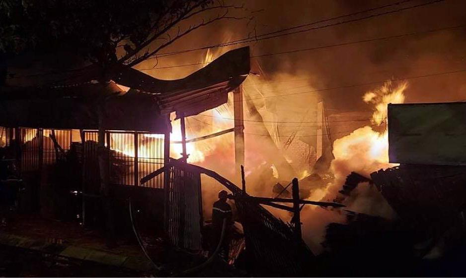 Sức nóng của đám cháy khiến nhà xưởng bị sập. Ảnh: Đình Văn