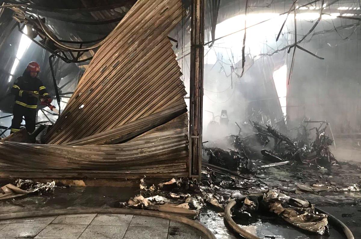 Cửa hàng xe máy bị sập đổ sau vụ cháy. Ảnh: Yên Khánh