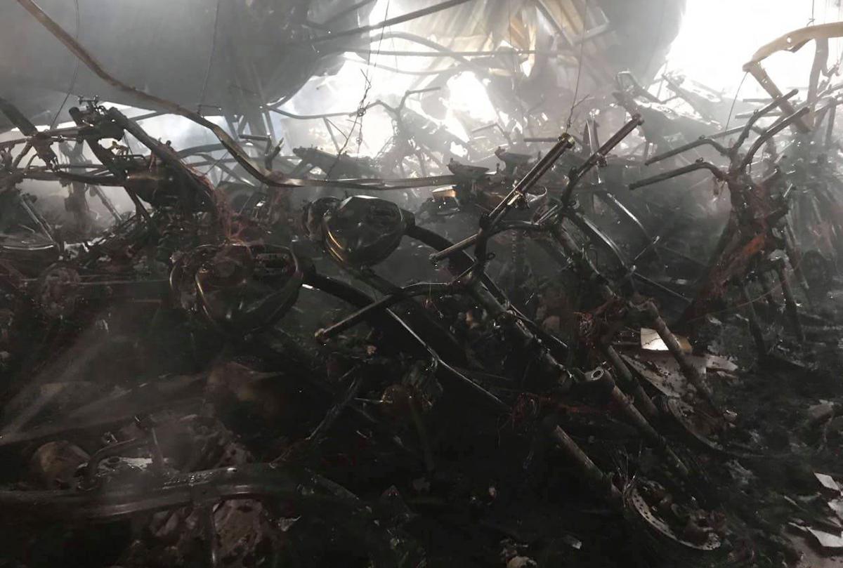 Hàng trăm xe máy trong đại lý bị cháy trơ khung. Ảnh: Yên Khánh
