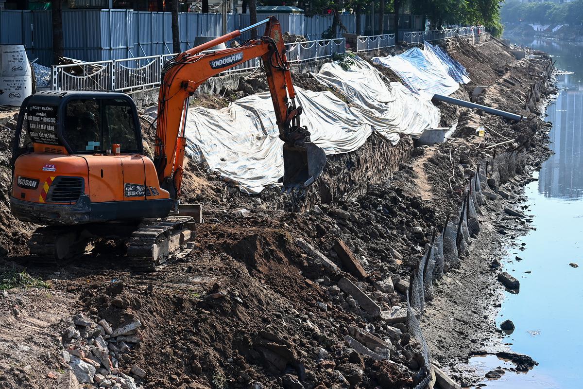 Hà Nội đang xây dựng hệ thống cống gom nước thải hai bên bờ sông Tô Lịch để đưa về nhà máy xử lý nước thải Yên Xá. Ảnh: Giang Huy.
