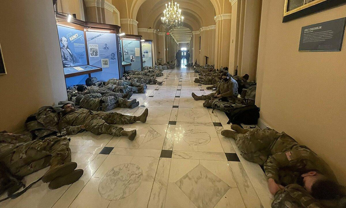 Vệ binh Quốc gia nằm ngủ ở hành lang tòa quốc hội Mỹ ngày 13/1. Ảnh: CNN.