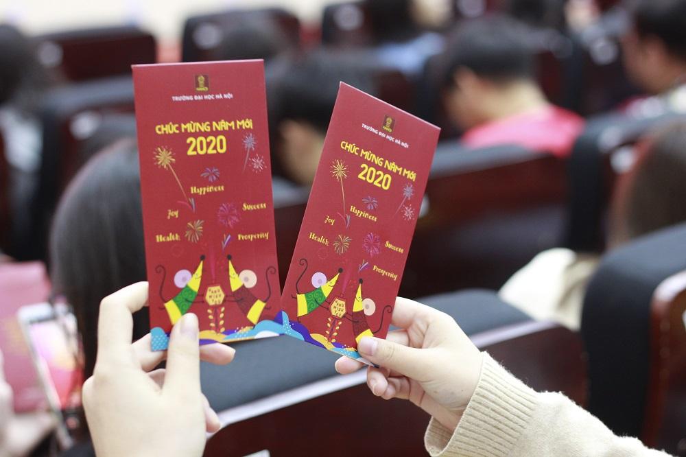 Sinh viên quốc tế ở trường Đại học Hà Nội nhận lì xì từ ban giám hiệu trường trong dịp năm mới 2020. Ảnh: Dương Tâm.