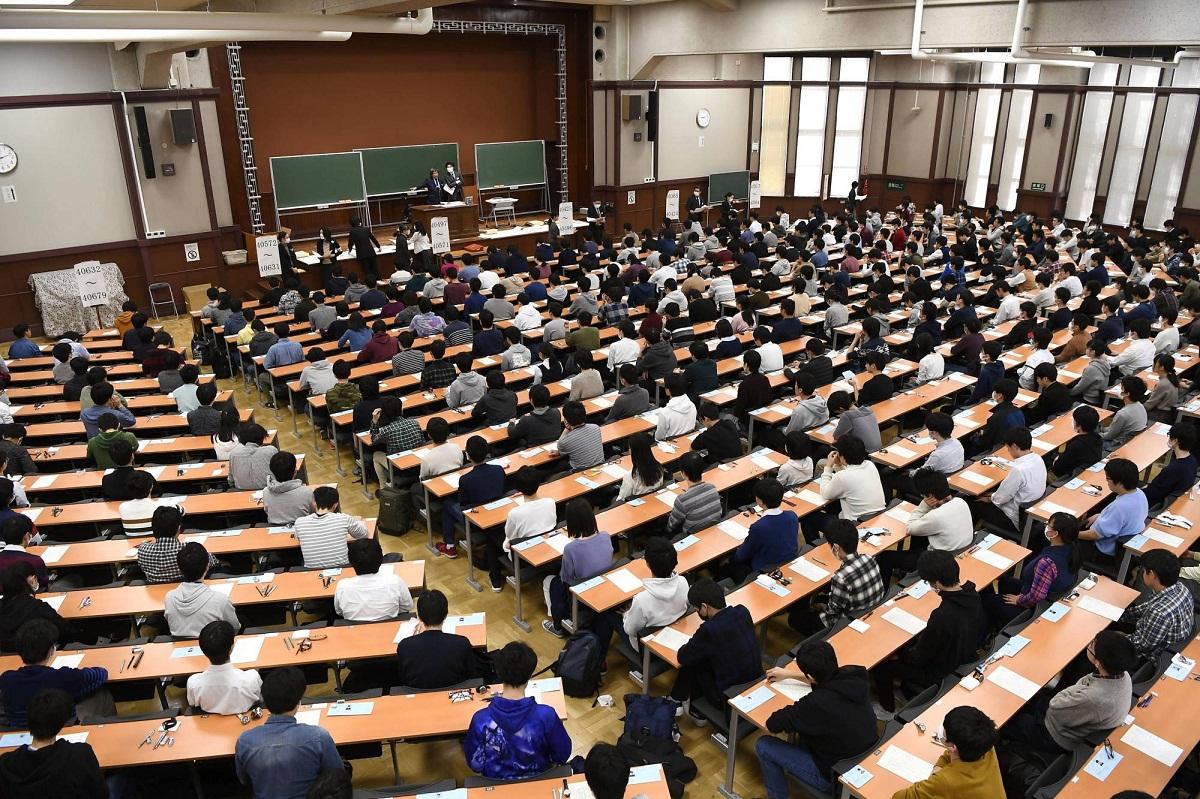 Học sinh tại Tokyo, Nhật Bản tham dự kỳ thi vào các đại học công lập, được tổ chức vào tháng 2/2020. Ảnh Kyodo