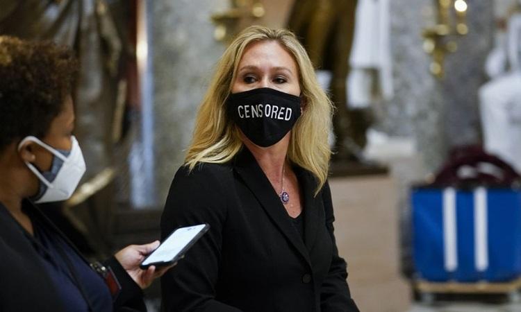 Hạ nghị sĩ Marjorie Taylor Greene đeo khẩu trang có dòng chữ Đã bị kiểm duyệt tại Hạ viện hôm 13/1. Ảnh: AP.