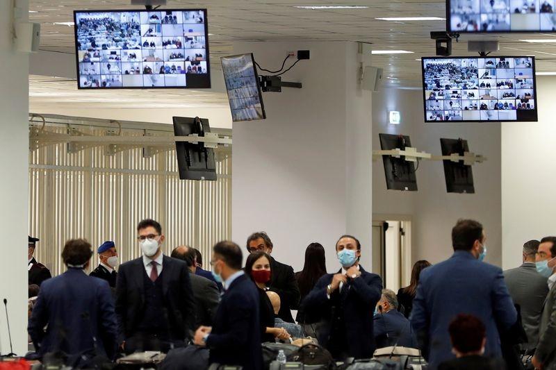 Phiên tòa xét xử mafi lớn nhất trong nhiều thập kỷ tại Lamezia Terme, miền nam Italy, hôm 13/1. Ảnh: Reuters