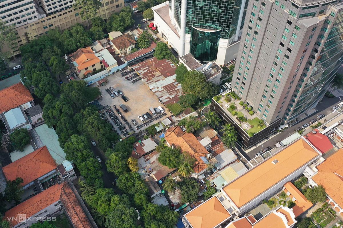 Khu đất gần 6.300 m2 ở đường Nguyễn Du và Chu Mạnh Trinh, quận 1. Ảnh: Quỳnh Trần.