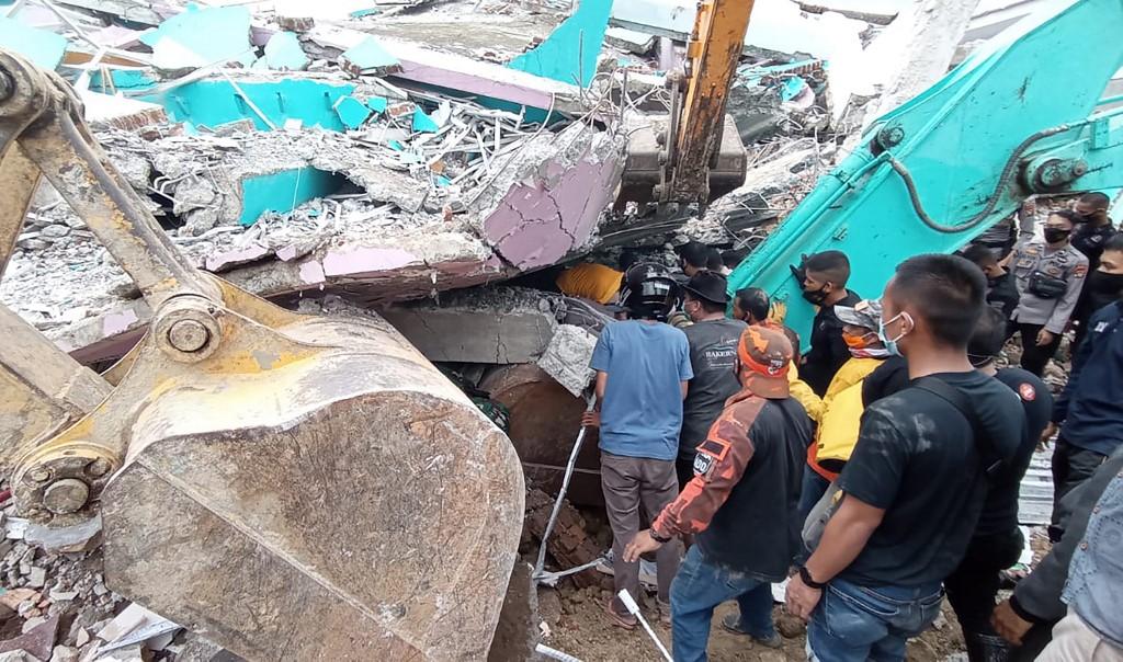 Lực lượng cứu hộ tìm kiếm người sống sót sau trận động đất sáng nay ở Mamuju, Sulawesi. Ảnh: AFP