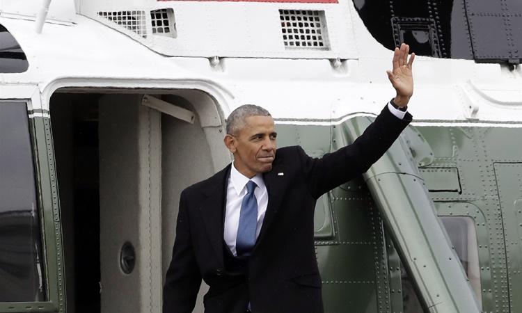 Tổng thống Obama vẫy tay chào trước khi bước lên trực thăng Marine One rời Đồi Capitol ngày 20/1/2017. Ảnh: AP.