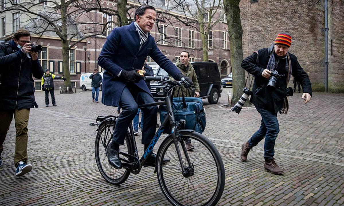 Thủ tướng Hà Lan Mark Rutte đạp xe tới dự phiên họp của Hội đồng Bộ trưởng tại tòa nhà Binnenhof ở thành phố Hague, ngày 15/1. Ảnh: AFP.