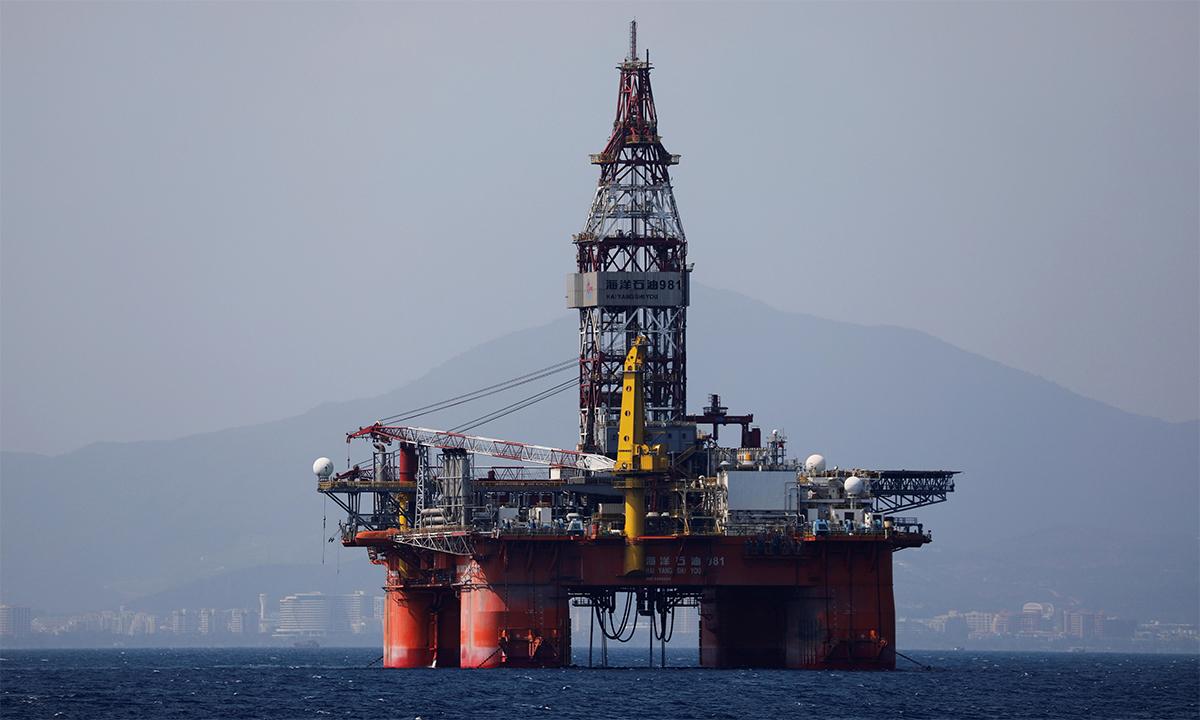 Giàn khoan dầu Hải dương 981 của CNOOC di chuyển ở ngoài khơi đảo Hải Nam, tháng 3/2018. Ảnh: Reuters.