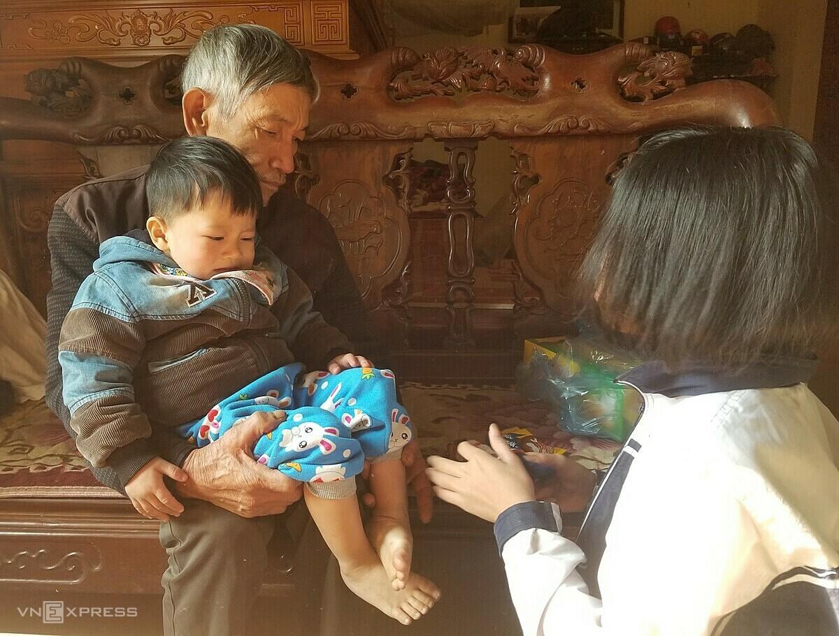 Sau biến cố gia đình, vợ chồng ông Minh chăm sóc 5 đứa cháu mồ côi. Ảnh: Thanh Vân