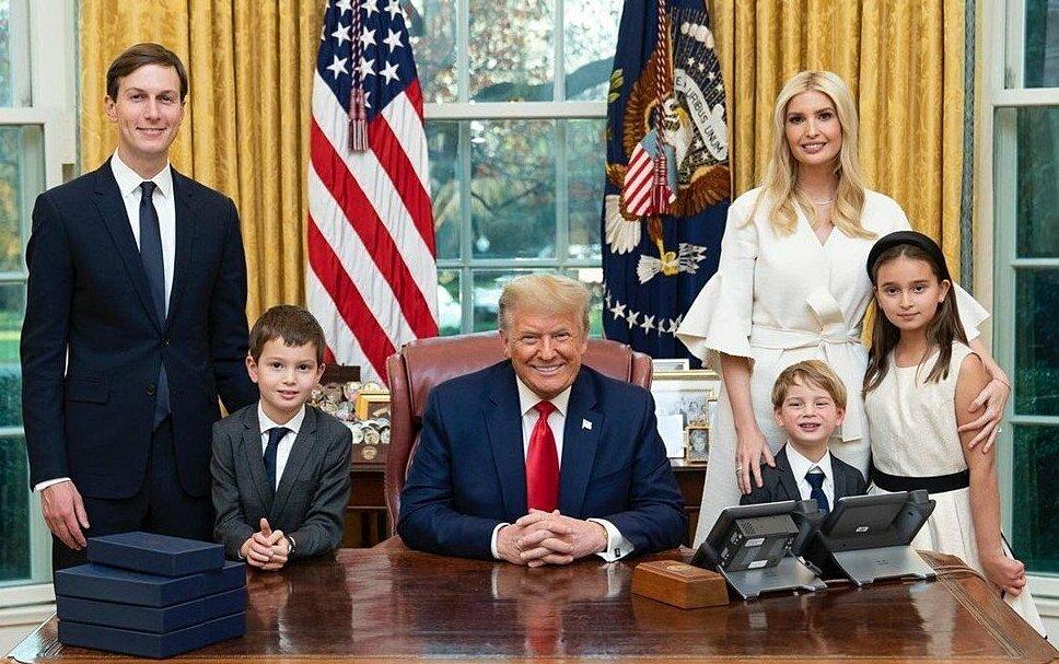 Ivanka cùng bố, chồng và các con tại Nhà Trắng. Ảnh: Instagram/ivankatrump.