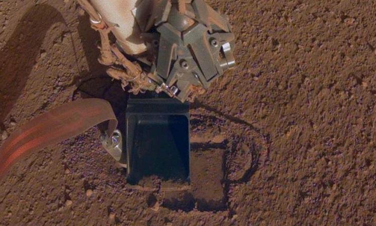 Robot chuột chũi đào đất trong ảnh chụp vào tháng 10/2019. Ảnh: NASA.