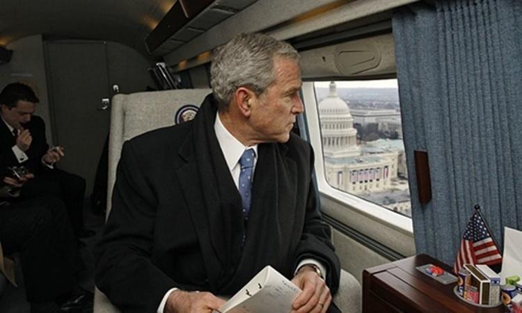 Tổng thống Mỹ George W. Bush ngắm nhìn Đồi Capitol từ bên trong trực thăng ngày 20/1/2009. Ảnh: White House.