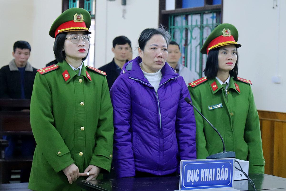 Bị cáo Lương (đứng giữa) tại phiên xử sáng 15/1. Ảnh: Đức Hùng