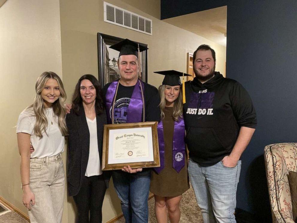 Mike Loven nhận bằng tốt nghiệp bên gia đình. Ảnh: Good Morning America