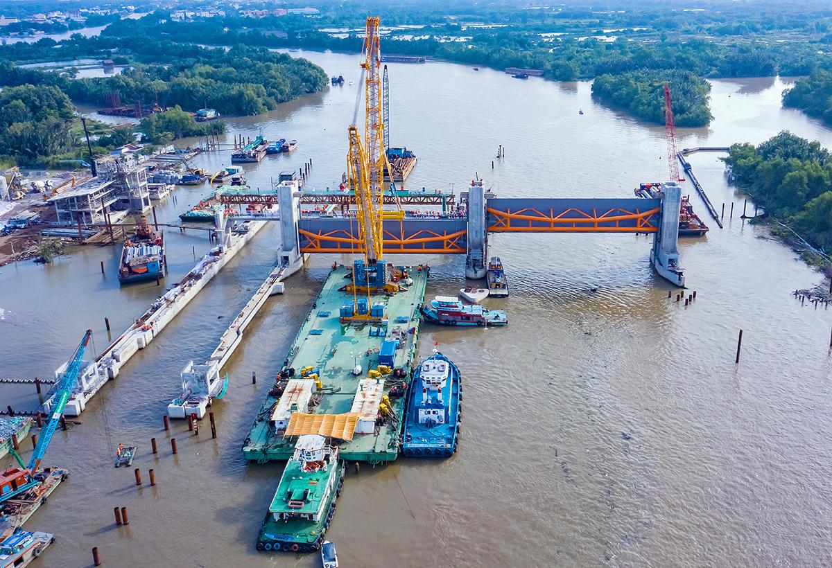 Hai cống ngăn triều khổng lồ được lắp đặt tại cống Cây Khô ngày 22/8/2020. Ảnh:TNG.