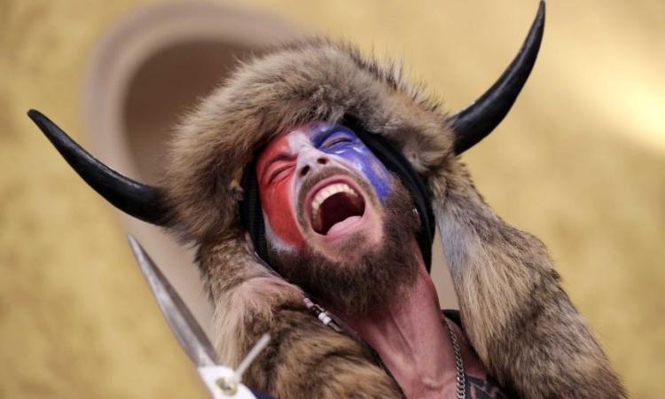 Jacob Chansley đội mũ sừng bò trong tòa nhà quốc hội Mỹ hôm 6/1. Ảnh: AFP.
