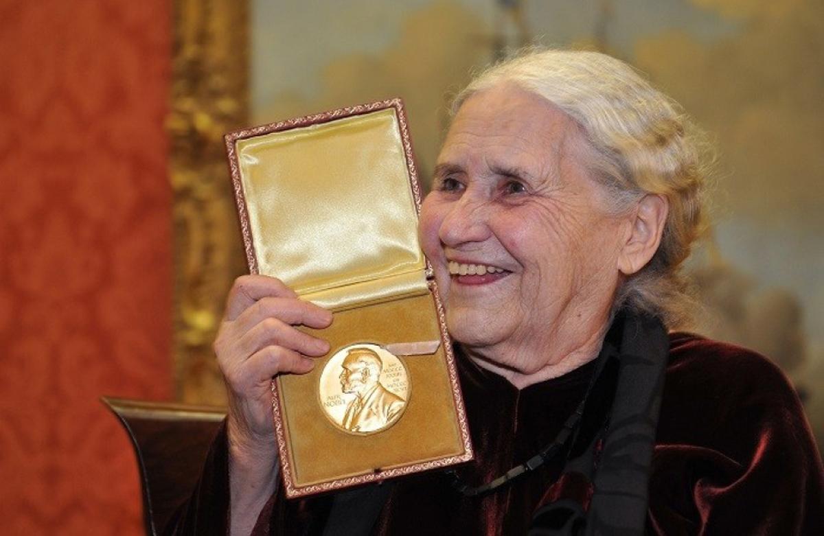 Nhà văn Doris Lessing nhận giải Nobel Văn học năm 2007. Ảnh: Ibtimes.