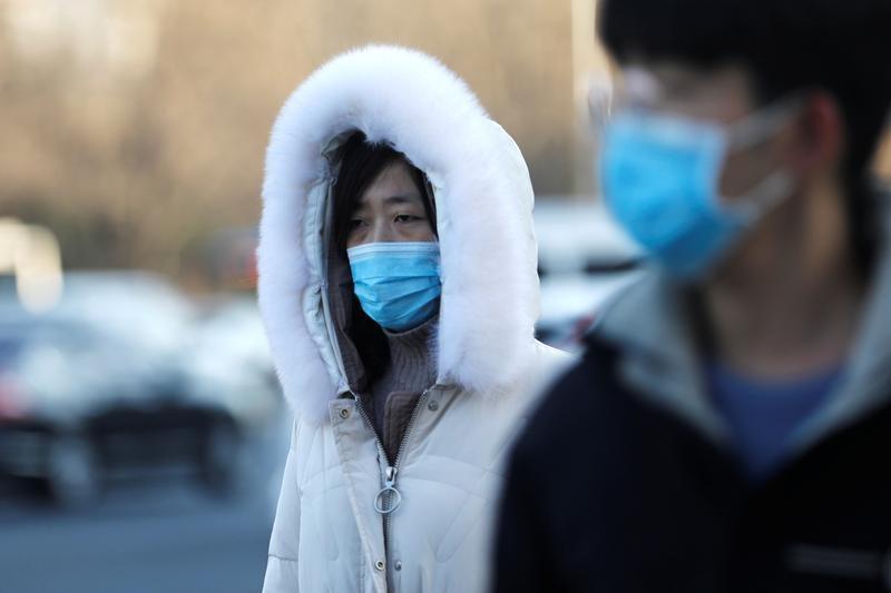 Người dân đeo khẩu trang khi di chuyển trên đường phố Bắc Kinh, Trung Quốc, hôm 21/12/2020, sau đợt bùng dịch mới. Ảnh: Reuters