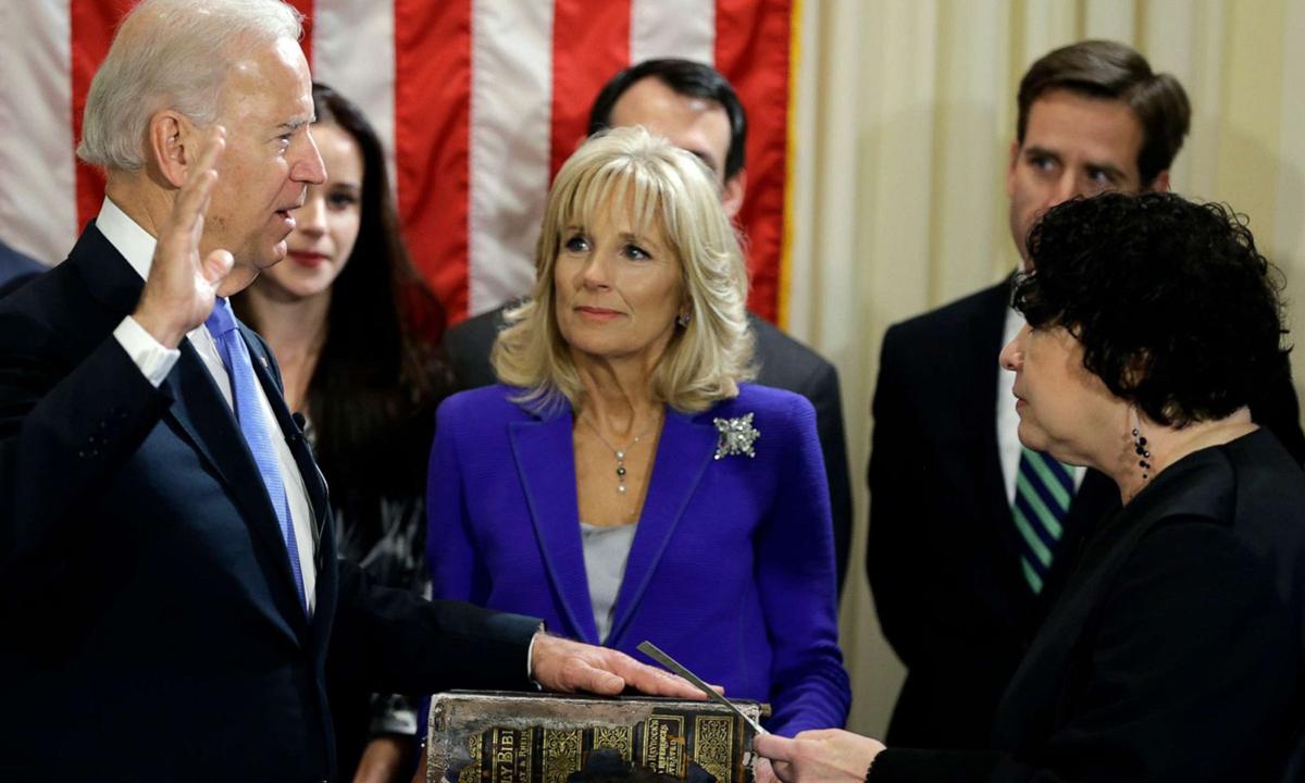 Joe Biden tuyên thệ nhậm chức phó tổng thống trước thẩm phán Tòa án Tối cao Sonia Sotomayor (phải) tại Đài quan sát Hải quân Mỹ tại thủ đô Washington hồi tháng 1/2013. Ảnh: AFP.