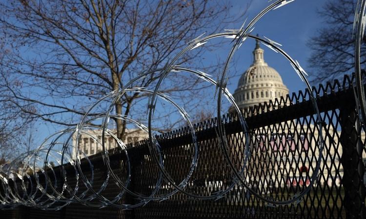 Hàng rào thép gai được dựng lên quanh tòa nhà quốc hội Mỹ ở thủ đô Washington hôm 14/1. Ảnh: AFP.