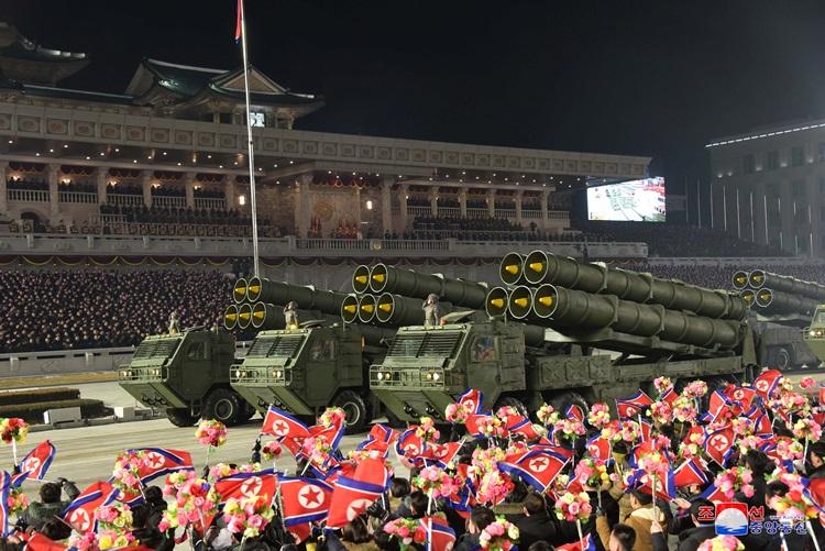 Khí tài tiến vào Quảng trường Kim Nhật Thành trong cuộc duyệt binh đêm 14/1 tại thủ đô Bình Nhưỡng, Triều Tiên. Ảnh: KCNA.