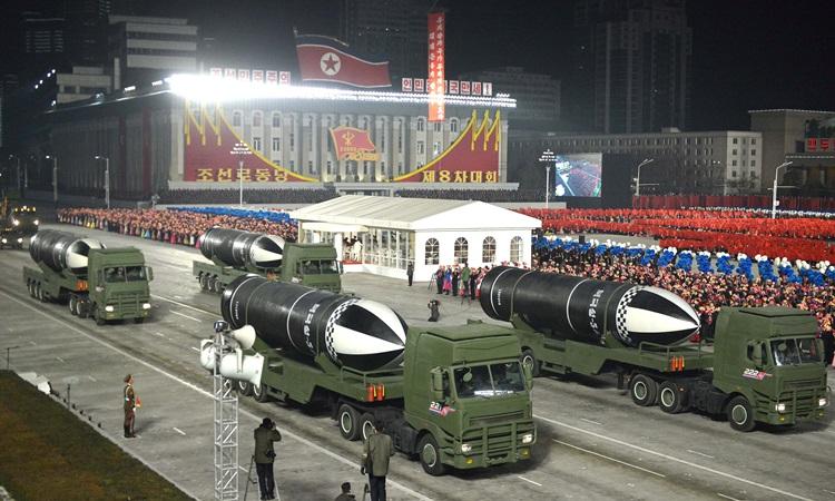 Khí tài xuất hiện trong cuộc duyệt binh đêm 14/1 tại thủ đô Bình Nhưỡng, Triều Tiên. Ảnh: KCNA.