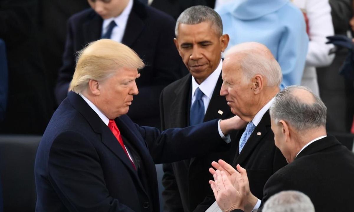 Tổng thống Donald Trump (trái) nói chuyện cùng Joe Biden tại lễ nhậm chức hồi tháng 1/2017. Ảnh: Washington Post.