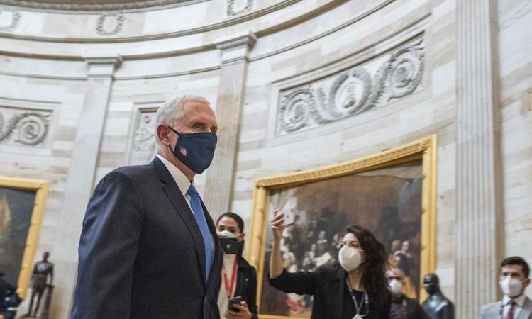 Phó tổng thống Mỹ Mike Pence bên trong tòa nhà quốc hội ngày 6/1, trước khi cuộc bạo loạn Đồi Capitol nổ ra. Ảnh: Washington Post.