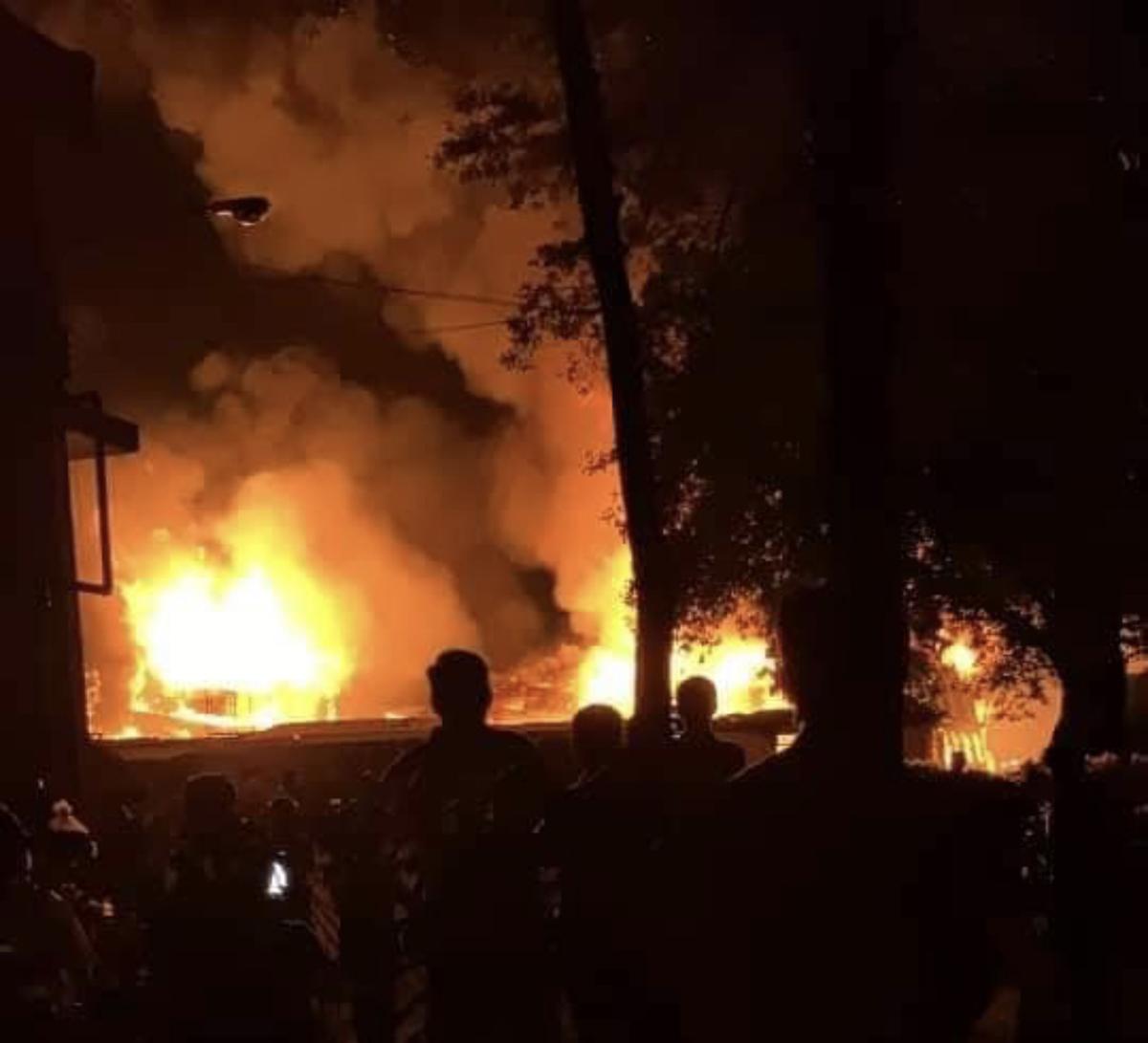 Ngọn lửa bùng lên dữ dội tại xưởng sản xuất giày da. Ảnh: Đình Văn.