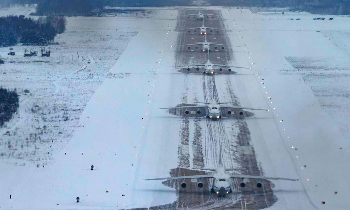 Biên độ 6 chiếc An-124 trước khi cất cánh hôm 15/1. Ảnh: Bộ Quốc phòng Nga.